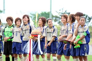 わか杉国体サッカ-表彰式で記念品の特大ごてんまりを贈呈された兵庫県チーム