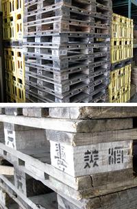 倉庫の杉製パレット